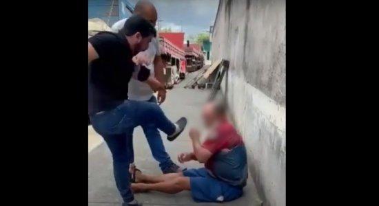 Ex-deputado Marcell Moraes chuta e xinga morador de rua após idoso ser filmado batendo em cachorro