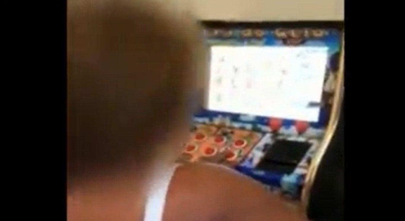 Vídeo mostra mulher ignorando policial e jogando em máquina caça-níquel