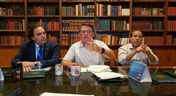 Bolsonaro deixa lata de leite condensado sobre a mesa em live
