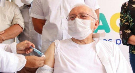 Em Petrolina, bispo Dom Paulo Cardoso, de 86 anos, é vacinado e parabeniza profissionais de saúde