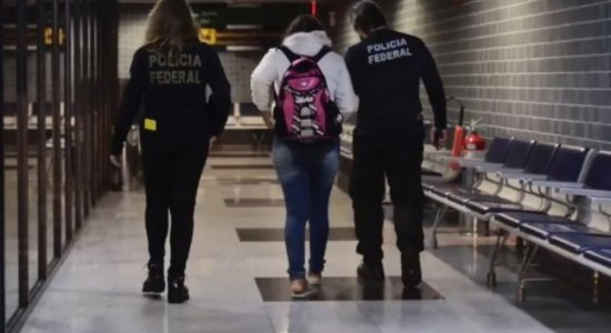 Pernambucana que foi vítima de golpe do falso emprego na Bolívia chega ao Recife
