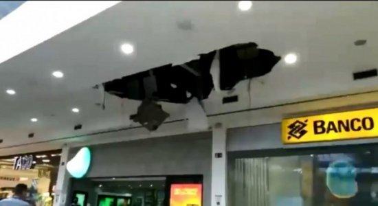 Parte do teto do Shopping Guararapes desaba e duas pessoas ficam feridas; veja vídeo