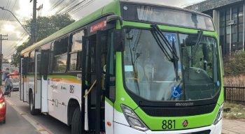 Na avenida Agamenon Magalhães, um ônibus repleto de torcedores foi alvo de vandalismo