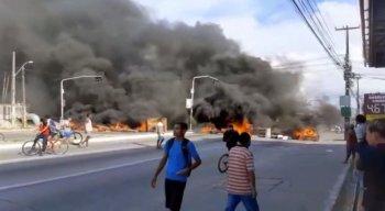 Moradores atearam fogo em pneus e pedaços de madeira