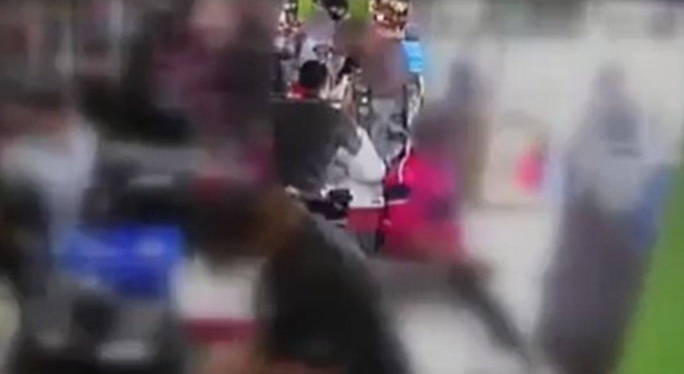 Funcionário de mercado é agredido com skate após pedir para cliente colocar máscara