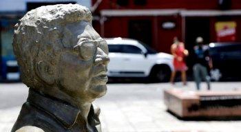 Orçada em R$ 35 mil, a escultura chega para compor o Circuito da Poesia da Prefeitura do Recife