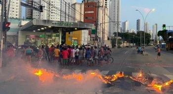 População tocou fogo em pneus e pedaços de madeira nos dois sentidos da Avenida Norte, no Recife