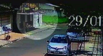 Câmera de segurança mostra o momento em que a mulher pula do prédio para fugir do assaltante