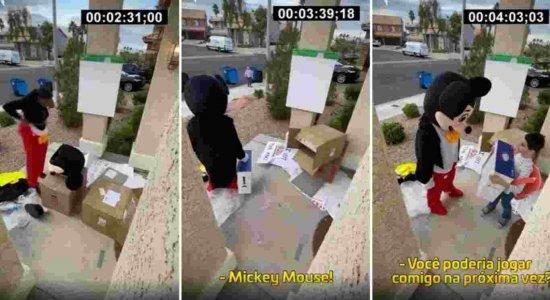 A entregadora se vestiu do personagem Mickey Mouse para entregar o presente