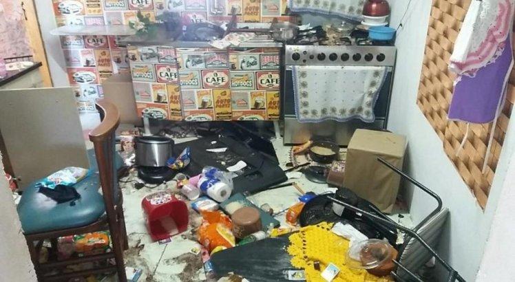 A casa do menino que foi acorrentado em barril ficou depredada por dentro