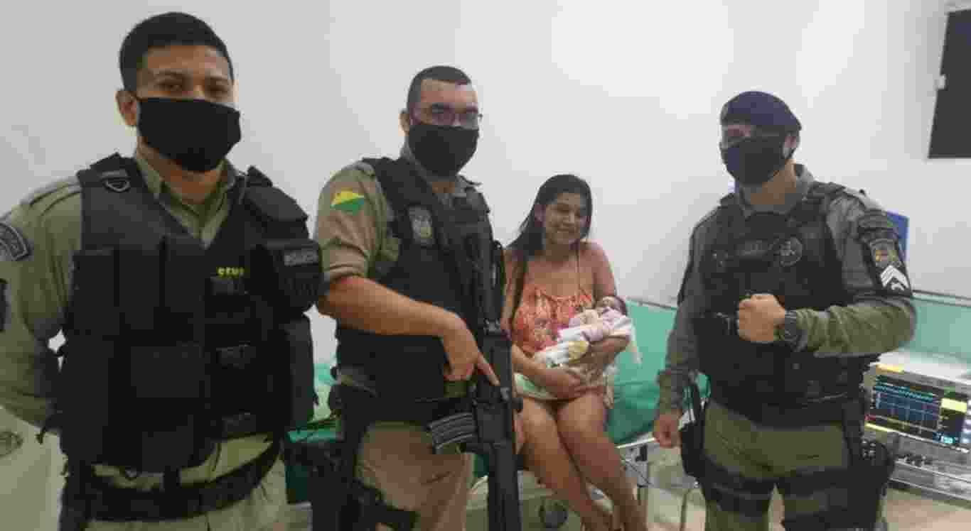 Os policiais salvaram a bebê de 17 dias de engasgo
