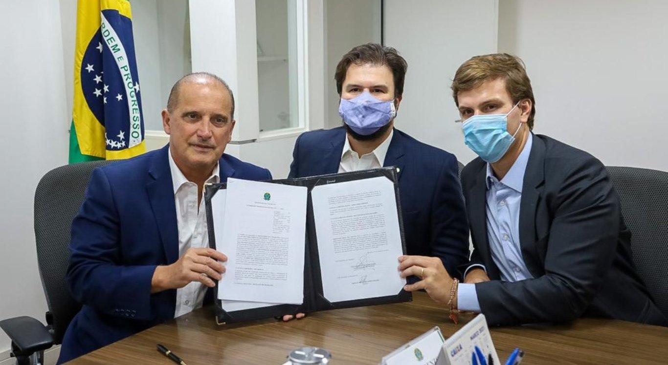 Miguel Coelho e Ministro Onyx formalizam construção de complexos esportivos em Petrolina