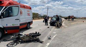 Moto invadiu a faixa contrária e colidiu com carro, na BR-232, em Caruaru.