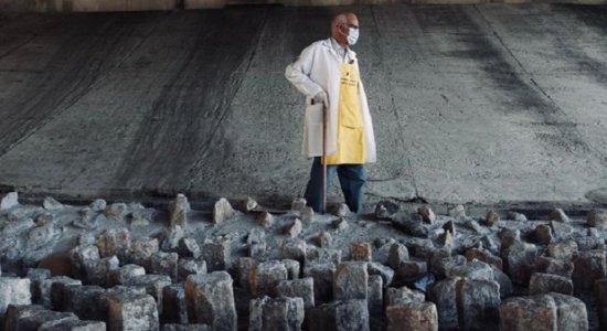 Vídeo: Padre usa marreta para tirar pedras colocadas contra moradores de rua, debaixo de viaduto