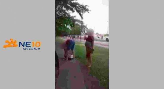 Casal é flagrado abandonando gata prenha em praça
