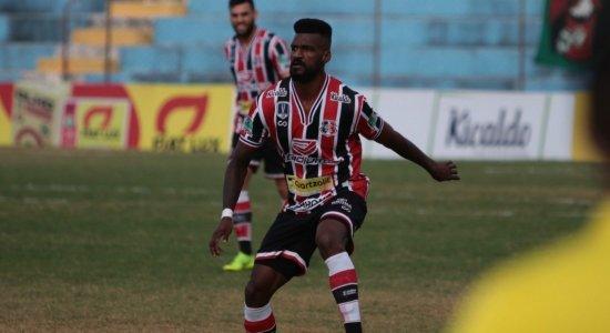 Após boas atuações, Santa Cruz renova contrato com zagueiro Célio Santos