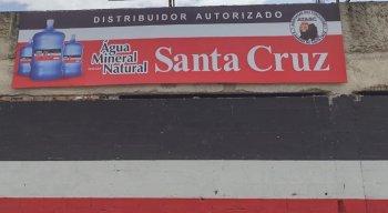 Fachada do Santa Cruz com o anúncio da venda de água mineral em botijão