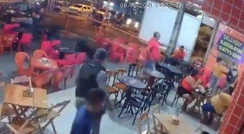 Câmeras de segurança flagraram o momento das agressões