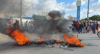 Passageiros atearam fogo na entrada do Terminal Integrado de Passageiros de Igarassu