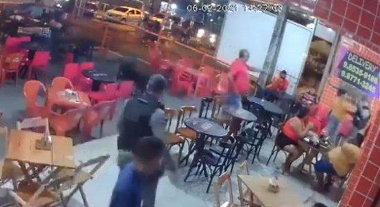 Vídeo: Ex-funcionária de açaiteria em Igarassu é agredida após cobrar dívida de R$88