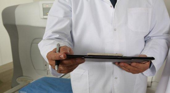 11 mulheres já procuraram a polícia para denunciar médico suspeito de importunação sexual contra pacientes em Caruaru