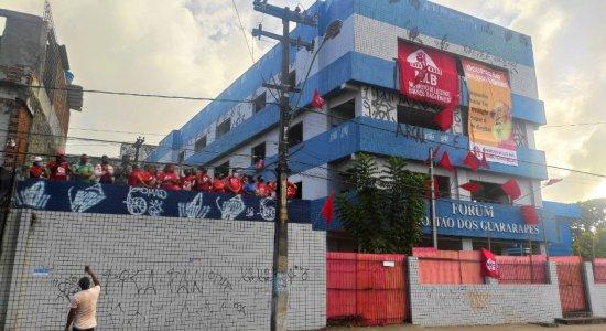 Famílias invadem antigo prédio do Fórum de Jaboatão dos Guararapes para pedir moradia