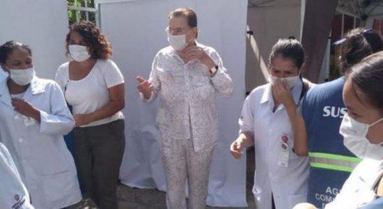 Silvio Santos recebe segunda dose de vacina contra a covid-19 em São Paulo