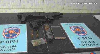 Suspeitos de sequestro foram encontrados com submetralhadora e arma falsa