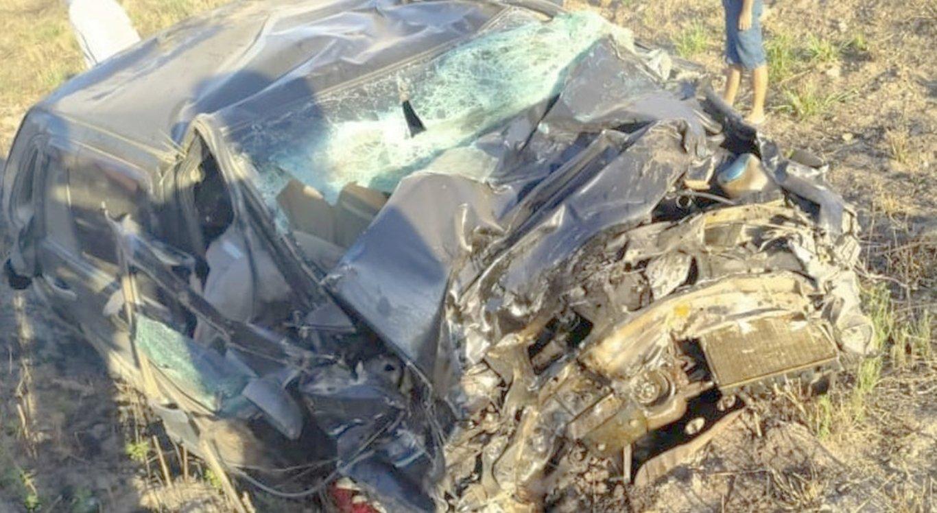 Carro colidiu com caminhão e acidente deixou três mortos