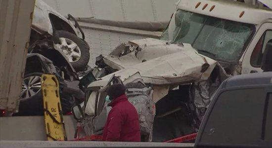 Veículos chegaram a subir uns em cima dos outros após engavetamento no Texas