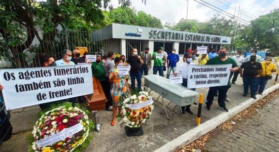 Funcionários de funerárias protestam para receber vacina contra covid-19 no Recife