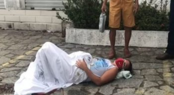 Mulher dá à luz em calçada a caminho do hospital