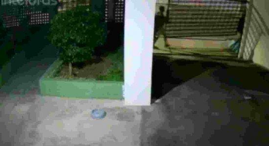 Homens roubam portão de edifício na Zona Sul do Recife; veja vídeo