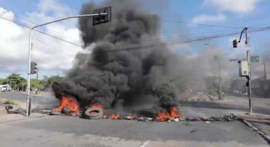 Protesto bloqueia os dois sentidos da Avenida Recife