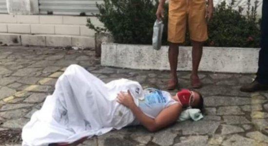 Vídeo: Mulher dá à luz em calçada a caminho da maternidade, em João Pessoa