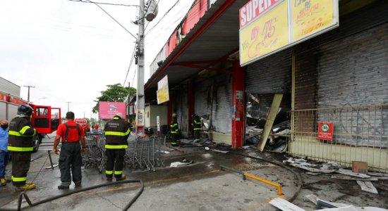 Incêndio de grandes proporções destrói supermercado no Cabo de Santo Agostinho; veja vídeo