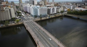 Ponte Duarte Coelho, no centro do Recife, sem as cores do Galo gigante