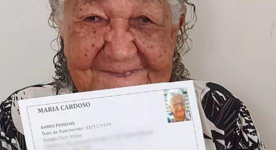 Idosa de 101 anos viraliza após entregar currículo em empresa