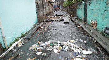 Em Camaragibe, o estrago foi grande. Com as ruas alagadas houve muito engarrafamento. A enxurrada invadiu várias residências e os moradores perderam tudo.