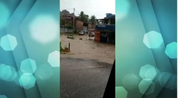 Em várias cidades, moradores tiveram as casas invadidas pela água da chuva, na Região Metropolitana do Recife