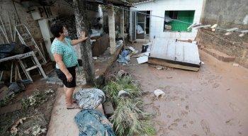 Na área mais afetada, a prefeitura começou o serviço de desobstrução do canal e limpeza