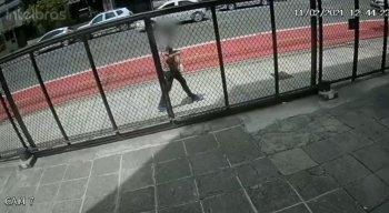 As câmeras do circuito interno do edifício flagraram o momento em que o suspeito entra no prédio