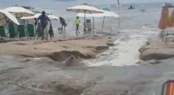 Turistas da praia de Porto de Galinhas são afastados após vazamento de esgoto