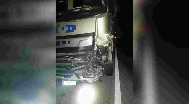 A carreta atingiu o carro após a colisão com o caminhão-pipa