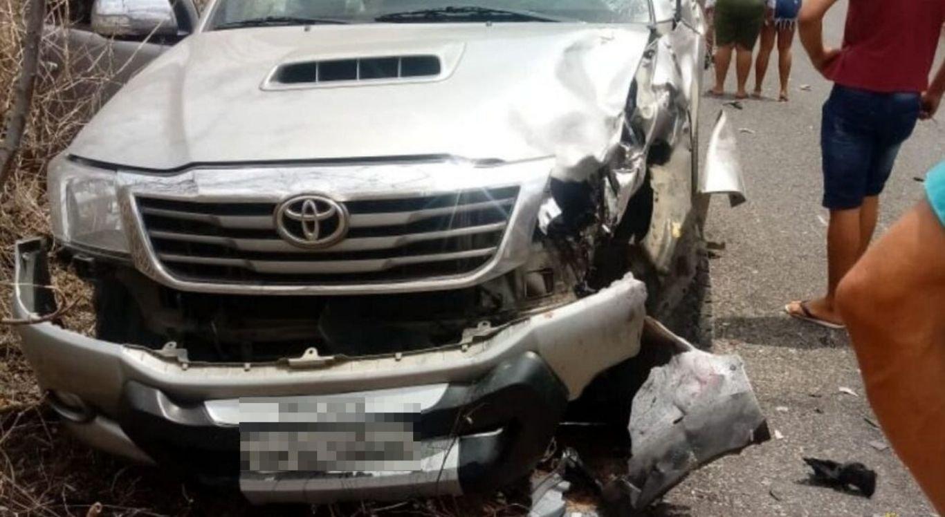Na colisão a parte da frente da caminhonete ficou danificada