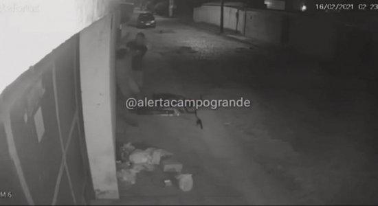 Vídeo: Homem é assaltado após acabar de furtar casa em Campo Grande