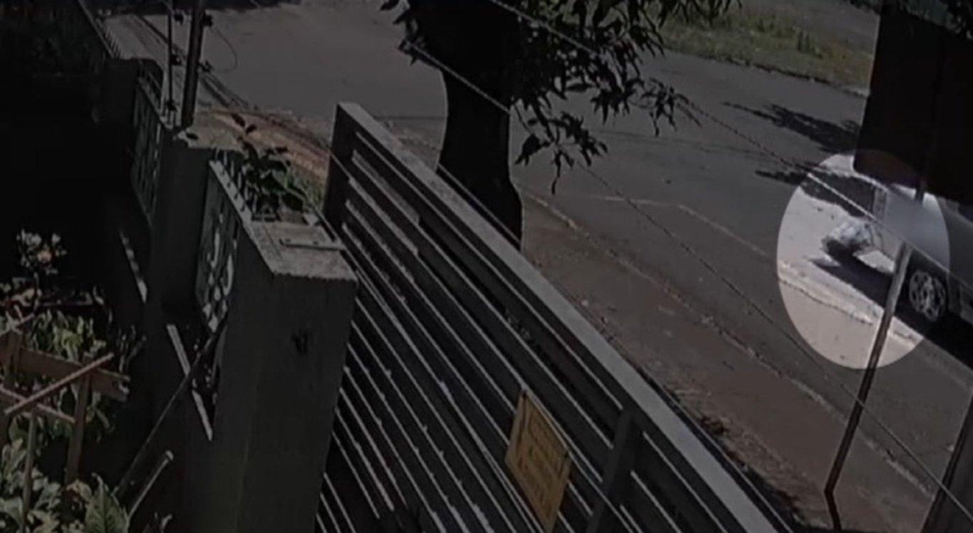 Vídeo flagra corpo caindo de carro funerário