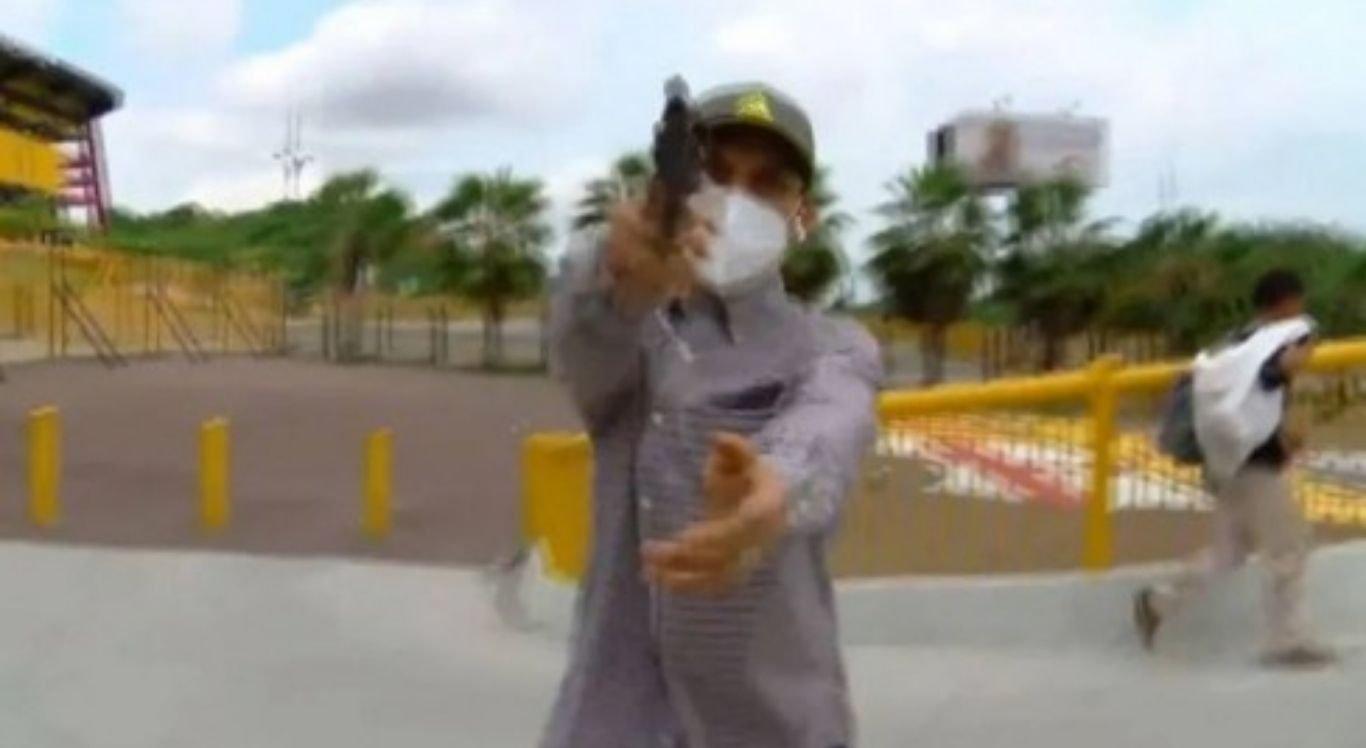 Assaltante apontou arma para repórter durante 'ao vivo', no Equador.