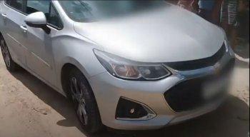 A vítima foi encontrada dentro de um carro, no banco do motorista, com um tiro na região da cabeça