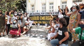 No Recife, o grupoda articulação negra de Pernambuco se reuniu na calçada em frente à Câmara dos Vereadores